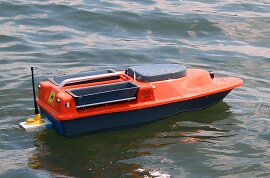 bait boat pe apa